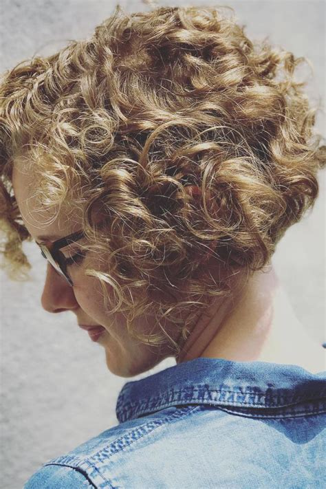 charming curly hairstylesbeautiful lady