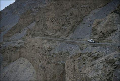 daring death   roads  pakistans northern mountains