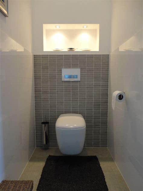Badezimmer Fliesen Toilette by Fliesen Halbhoch In Der Geputzten Wand Kleine F 228 Cher