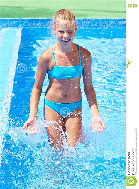 meisje  zwembad stock foto afbeelding bestaande uit