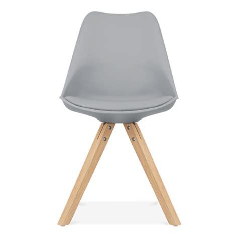 chaise de salle a manger grise chaise eames inspired grise avec pieds pyramide en bois