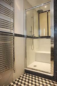Petite salle de bain moderne avec douche en noir et blanc