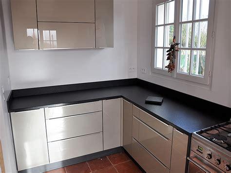 cuisine blanche plan de travail noir plan travail cuisine granit ce plan de travail est large