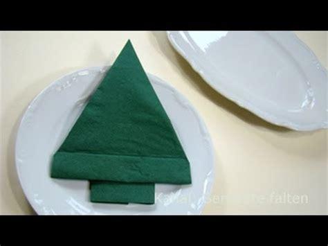 weihnachtliche servietten falten servietten falten weihnachten tannenbaum als tischdeko weihnachtsdekoration