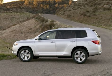 Toyota Highlander 2010 by 2010 Toyota Highlander In Classic Silver Metallic Color