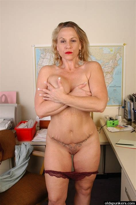 Sexy Well Shaped Granny Summer Demonstrates Her Naked