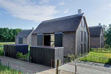 Moderne Längliche Häuser by Neubau Scheunentrio