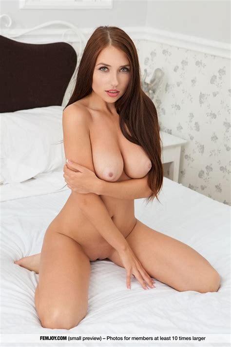 Beautiful Girl Niemira Posing Nude In Come To My Bed
