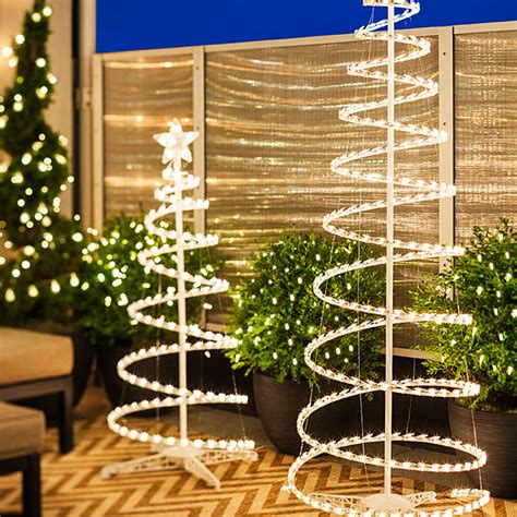 Lighted Spiral Christmas Tree Outdoor by 6 Christmas Lighting Ideas For A Porch Deck Or Balcony