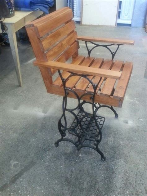 vintage sewing machine    chair  pallet wood