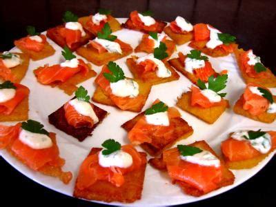 canapé au saumon fumé canapés de polenta au saumon fumé recette pâtes
