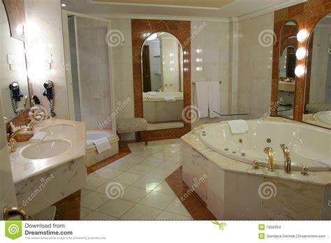 chambre salle de bain moderne en ruime badkamers stock foto afbeelding