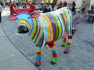 Statue Animaux Design : la belle vache multicolore de la rotonde paris 19e paris c t jardin ~ Teatrodelosmanantiales.com Idées de Décoration