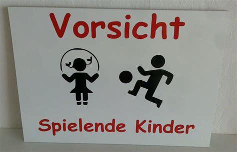 warnschild spielende kinder schild achtung spielende kinder warnschild langsam