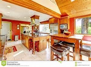 Grande Cucina Con Le Pareti Rosse Ed Il Soffitto Di Legno  Fotografia Stock