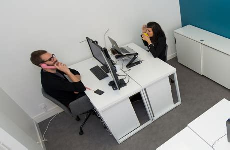 bureau fermé un bureau fermé dans un espace de coworking