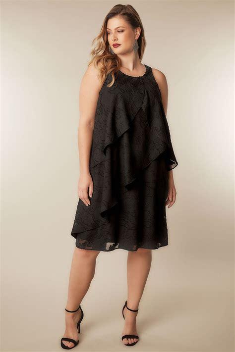 Robe Noire Jacquard Avec Couches Superposées Et Ornement