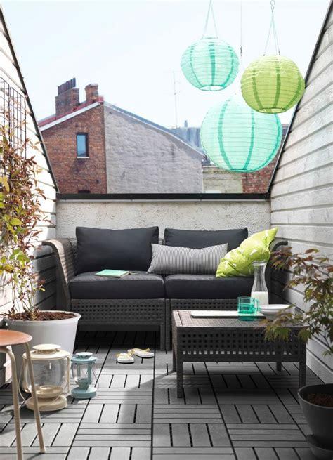 canapé balcon petit balcon meublé d 39 un canapé deux places noir avec