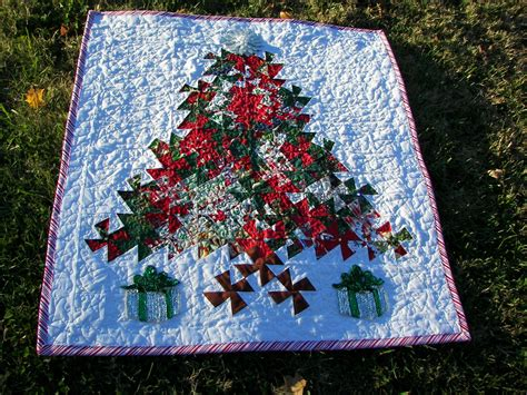 dec la table runner   finished lets twist christmas