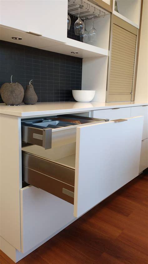 cuisine ergonomique armoires mathurin les systèmes coulissants un atout