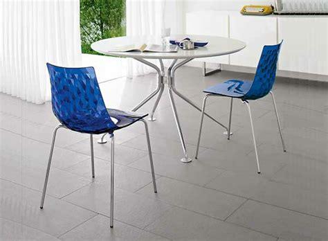 chaises bleues la chaise calligaris praticité et style archzine fr