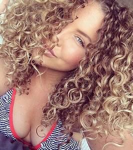 Balayage Cheveux Bouclés : les plus beaux balayages blonds sur cheveux longs ~ Dallasstarsshop.com Idées de Décoration