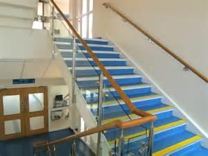 gemauerte treppen innen treppengelnder holz edelstahl innen kreatives haus design