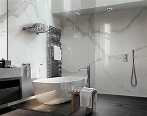 Carrelage Noir Salle De Bain : carrelage de salle de bain aspect parquet noir et marbre ~ Dailycaller-alerts.com Idées de Décoration