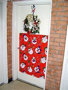 pictures of christmas door decorating