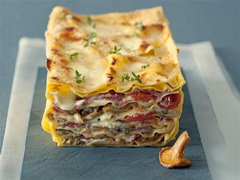 cucinare i finferli freschi ricetta terrina di lasagne ai funghi con pomodorini confit
