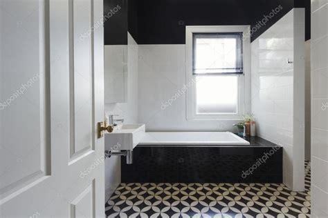 designer badkamer renovatie zwart wit vloer tegels horizon