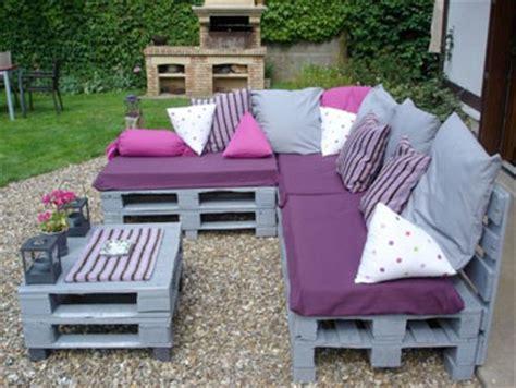 canape exterieur en palette canapé et table basse palette couleur gris en déco extérieur