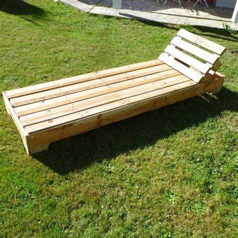 chaise longue en palette bois bain de soleil palette tout en palettes
