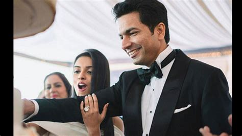 asin s engagement ring does not stop grabbing eyeballs
