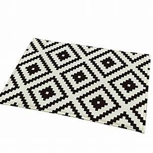 Tapis Graphique Noir Et Blanc : tapis noir et blanc chambre id es de design d 39 int rieur et de meubles ~ Teatrodelosmanantiales.com Idées de Décoration