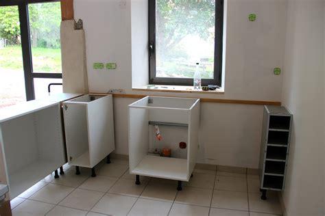 fixer un meuble de cuisine au mur une cuisine américano suédoise
