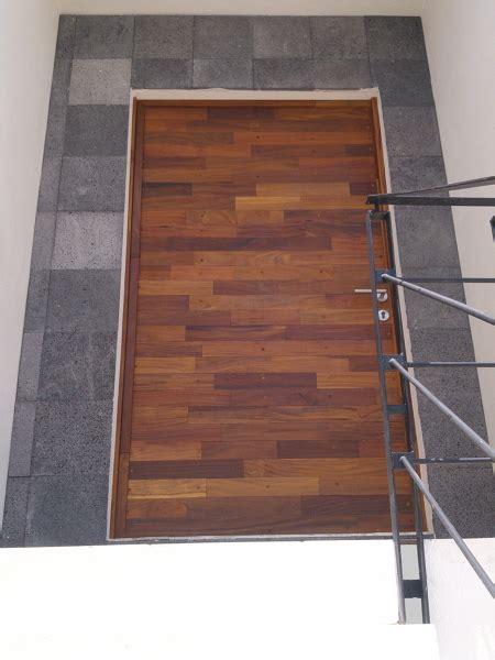 foto puerta de acceso principal en madera de cumaru de