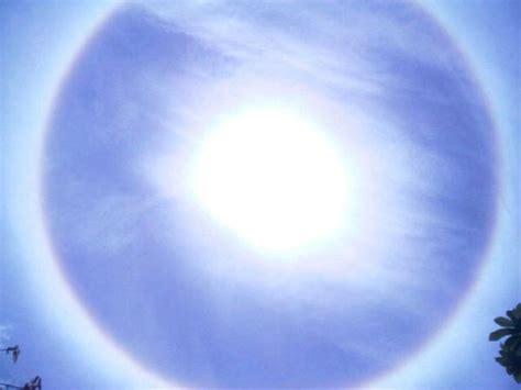 ล่าสุดเหตุการณ์ พระอาทิตย์ทรงกลด กลับมาเกิดขึ้นอีกครั้งในประเทศไทย และมีคนแห่แชร์ภาพกันไปเป็นจำนวนมาก โดยพระอาทิตย์. พระอาทิตย์ทรงกลด เกิด ปรากฏการณ์พระอาทิตย์ทรงกลด 31 ก.ค. 55