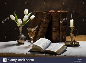 Tisch Aus Büchern : stillleben bild einer offenen bibel auf einem tisch mit alten b chern tulpen in einer vase ein ~ Buech-reservation.com Haus und Dekorationen