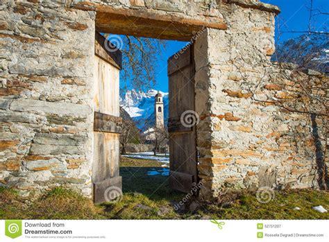porte qui s ouvre 224 une montagne photo stock image 52751207