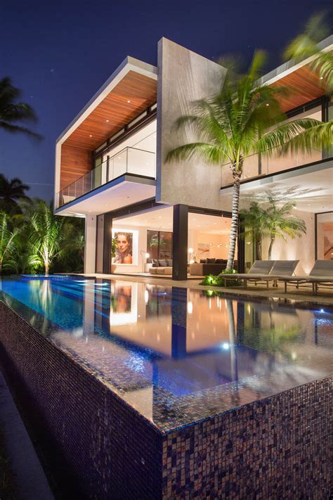 Modernes Haus Pool by A New Modern Waterfront Home Arrives In Miami Contemporist