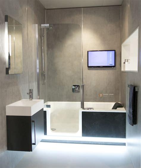 Kleines Badezimmer Mit Dusche Und Badewanne by Komplettes Bad Auf Ganz Wenig Raum Mit Badewanne Und