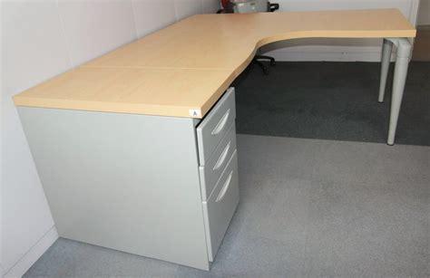 plateau de bureau d angle bureau dangle de marque majencia plateau couleur hetre pied gris metal 160 x 160 x 80 cm quantite 3