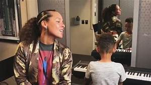 Alicia Keys Sings 39Lean On Me39 With Her Son Egypt