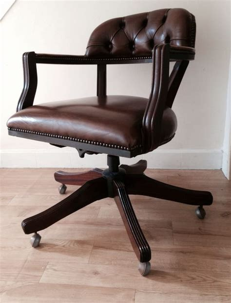 chaise de bureau chesterfield chaise de bureau style chesterfield the court swivel