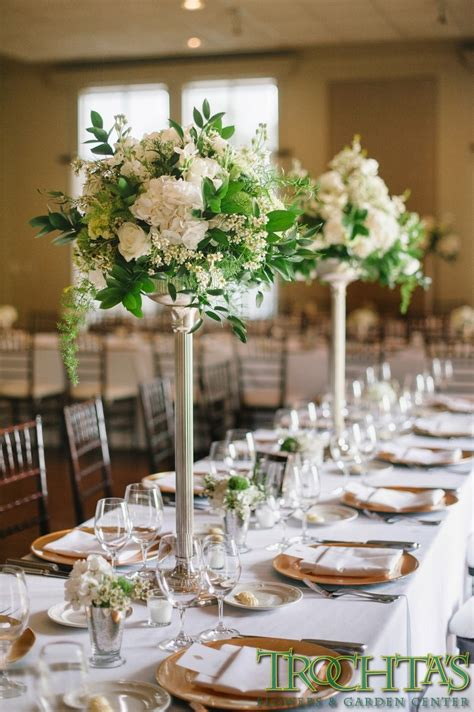 pictures of wedding centerpieces for tables tall elegant table centerpieces that have white flowers but have black vases wedding flowers
