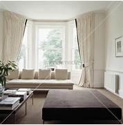 Cremefarbenes Sofa Und Vorh Nge Vor Dem Erkerfenster In