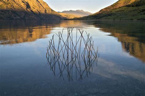 des sculptures land art evoquent les cycles de la nature