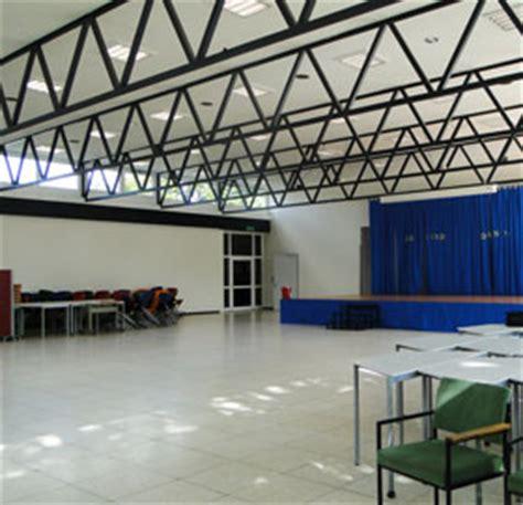 Lärmdämmung Der Decke Bei Einer Schul Aula