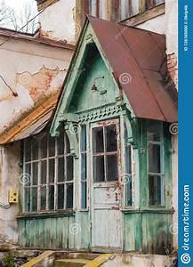 Il Vecchio Portico Di Legno Di Una Casa Abbandonata Del
